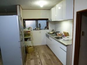 I型キッチンへ 壁もキッチンパネルで明るくしました